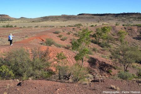 Le bord du cratère principal, constitué de roches broyées par l'impact, Henbury, Australie