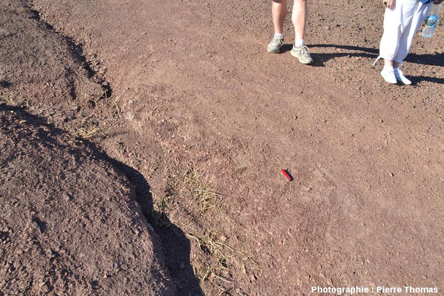 Vue rapprochée du bord du cratère principal, éjectas constitués de roches intensément fracturées mais non consolidées