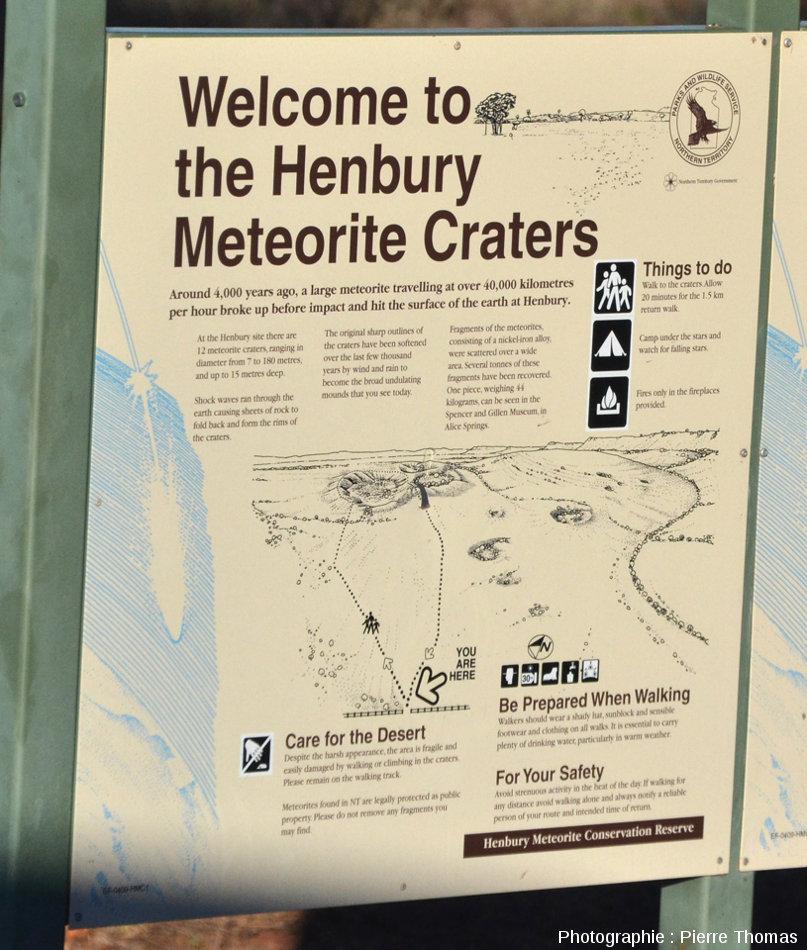Panneau explicatif présentant aux touristes la géologie du champ de cratères d'Henbury, Australie