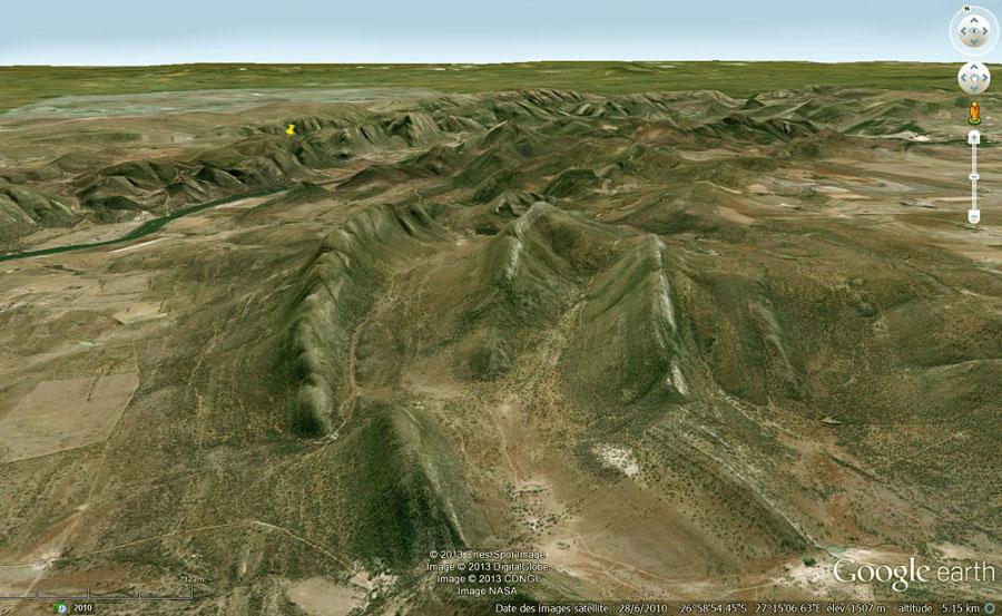 Vue sur le couches verticales de quartzite du supergroupe du Witswatersrand, qui ceinturent le dôme central et où ont été prises les photos de shatter cones