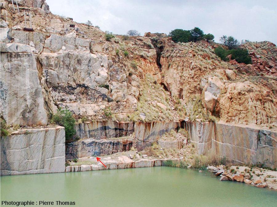 Vue partielle de la carrière de Leeukop montrant la taille de ces anciennes carrières et des veines de brèches pseudotachylitiques qui la recoupent, région de Parys, Afrique du Sud