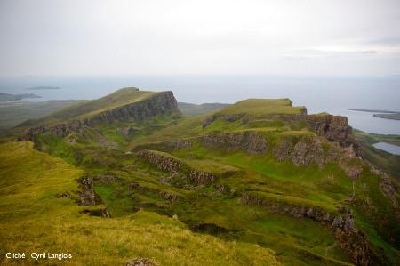 Portions de plateau basaltique s'effondrant vers la mer, péninsule de Trotternish, île de Skye, Écosse