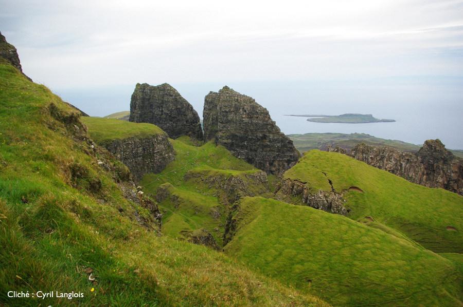 Blocs détachés du plateau basaltique de Trotternish et descendant vers la mer