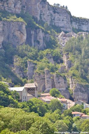 Panneaux de calcaires situés au-dessus du village de Roquefort (Aveyron)