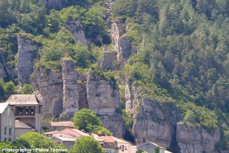 Fissures ouvertes juste au-dessus du village de Roquefort, Aveyron