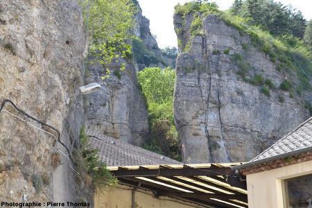 """Une autre fracture ouverte située juste au-dessus de village et dont la partie basale est recouverte de toits et aménagée pour constituer la partie supérieure d'une """"cave"""""""