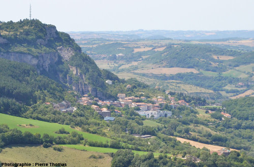 Vue d'ensemble sur le village de Roquefort (Aveyron), bâti au pied du plateau du Combalou (à gauche) et de son glissement de terrain