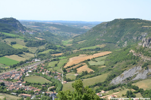 Vue globale de la vallée du Soulzon, avec le village de Roquefort en haut à gauche, au pied du plateau du Combalou