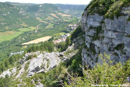 Vue du village de Roquefort prise depuis le Nord-Ouest du plateau du Combalou