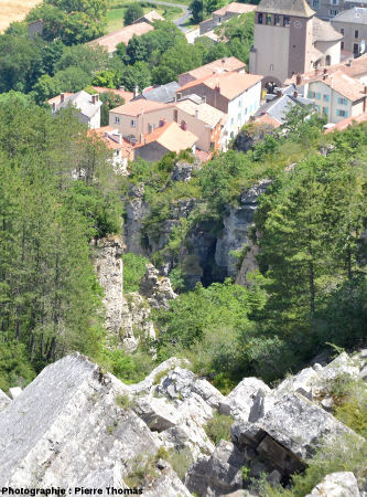 Vue du village de Roquefort depuis le Nord-Ouest du plateau du Combalou