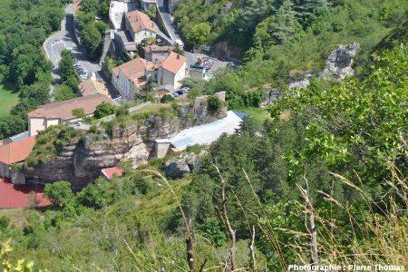 Panneau calcaire qui devait être initialement ceinturée de fractures ouvertes profondes, Roquefort, Aveyron