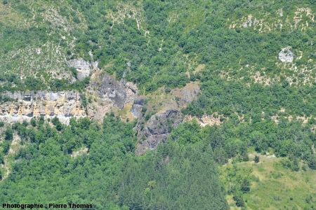 Zoom sur le neck basaltique (roche noire intrusive au sein de calcaires plus clairs) situé en face de Roquefort, sur le versant droit de la vallée du Soulzon