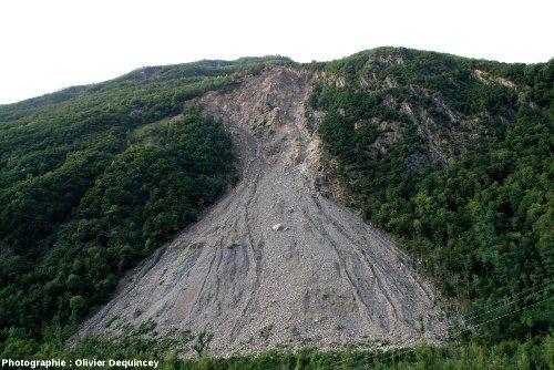 Les Ruines de Séchilienne surmontant leur cône d'éboulis, vallée de la Romanche (Isère)