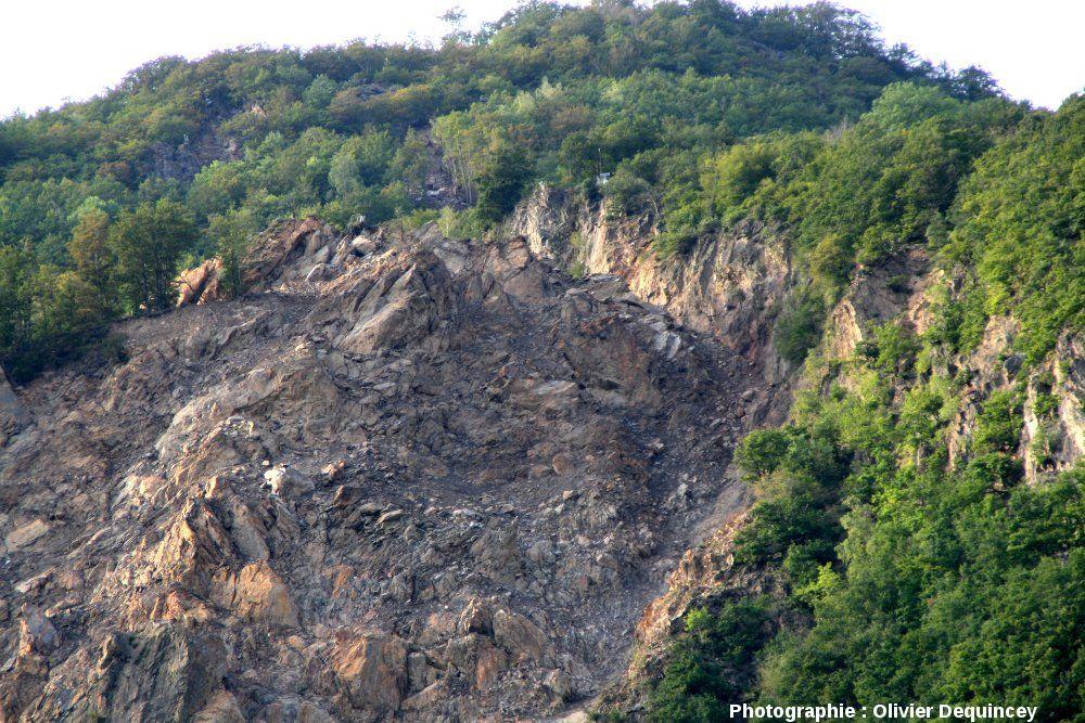 Niche de décollement au sommet des ruines de Séchilienne, vallée de la Romanche (Isère)