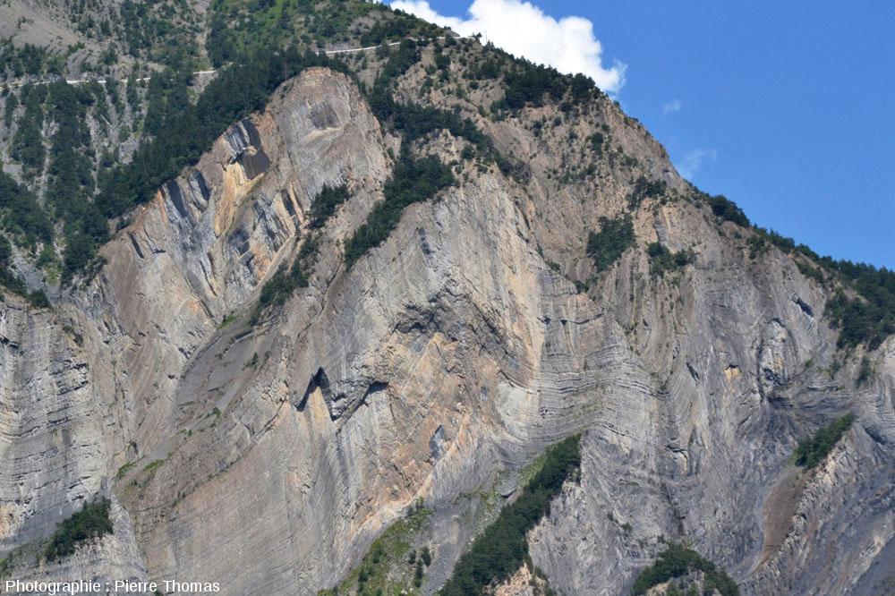 Série de plis complexes dans les marnes et calcaires du Jurassique inférieur dans une falaise en face de La Paute (Bourg d'oisans, Isère)