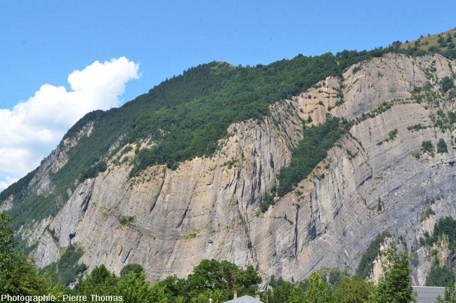 Vue du grand synclinal Ouest de la paroi située en face de La Paute, Isère