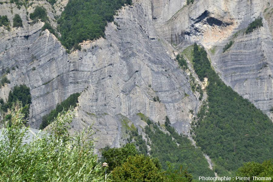 Vue sur une série de synclinaux et d'anticlinaux de la paroi située en face de La Paute, Isère
