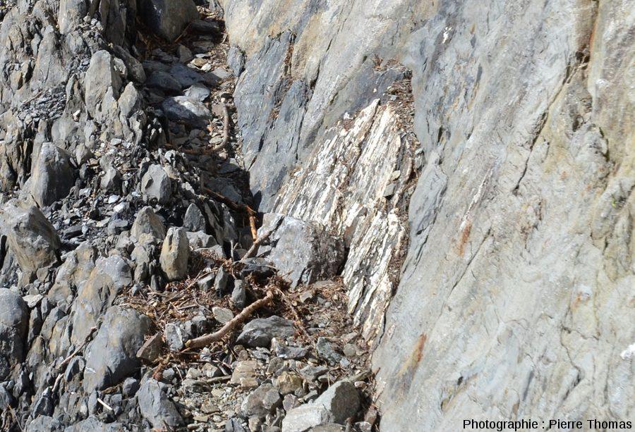 Vue de profil d'un plaquage de quartz sur lequel les stries sont parfaitement visibles