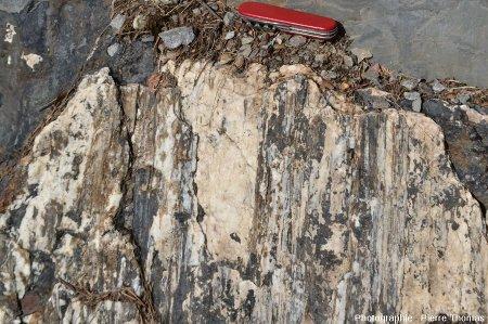 Vue de face d'un plaquage de quartz sur lequel les stries sont parfaitement visibles