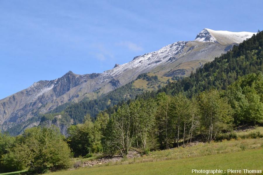 Le versant Est de la vallée de la Malsanne, de l'autre côté de la faille qui en constitue le versant Ouest