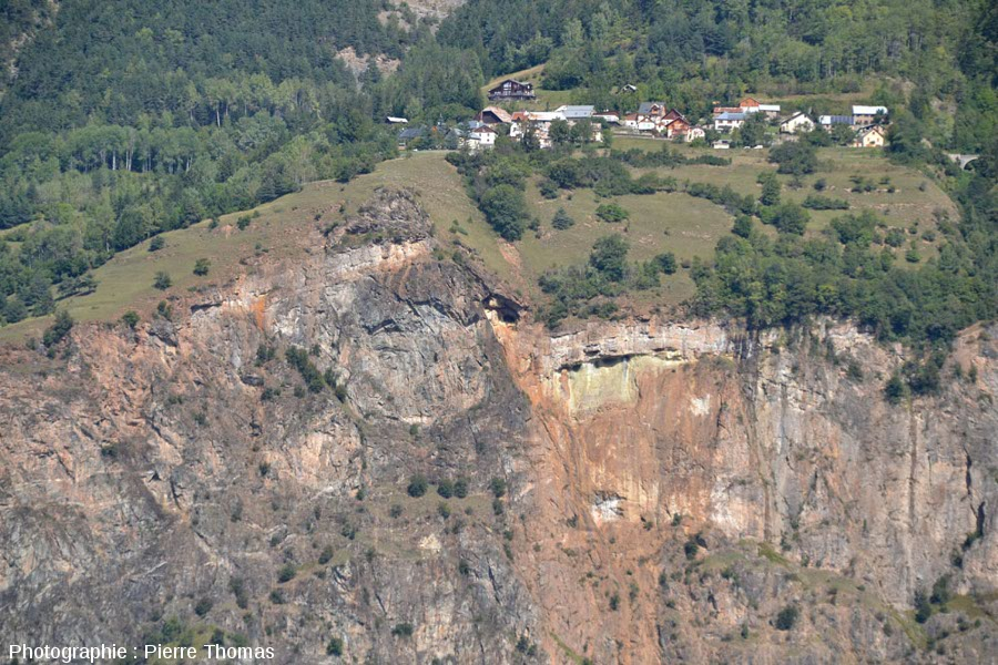 Faille normale présentant un décalage d'une cinquantaine de mètres juste sous le hameau d'Armentier le Haut (La Garde, près de Bourg d'Oisans, Isère)