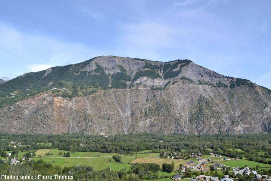 Vue éloignée sur les Rochers d'Armentier et sa faille normale et la discordance Trais / socle hercynien
