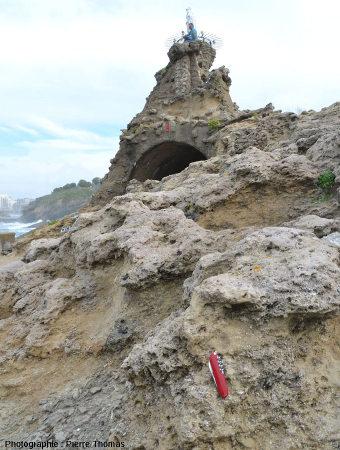 La Vierge trônant sur ces calcaires gréseux de l'Oligocène inférieur riches en nummulites