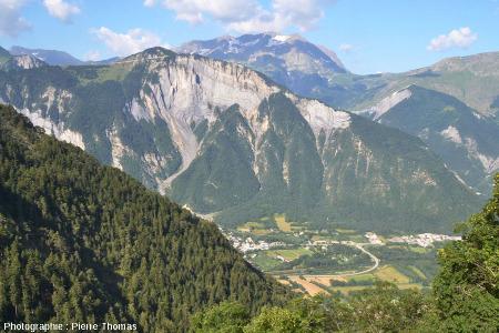 Vue éloignée du pli-faille du Ravin de Saint Antoine, juste au-dessus de Bourg d'Oisans