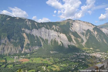 Vue globale sur les falaises du Ravin de Saint Antoine et sur les falaises de la Roche du Pontet (au centre)