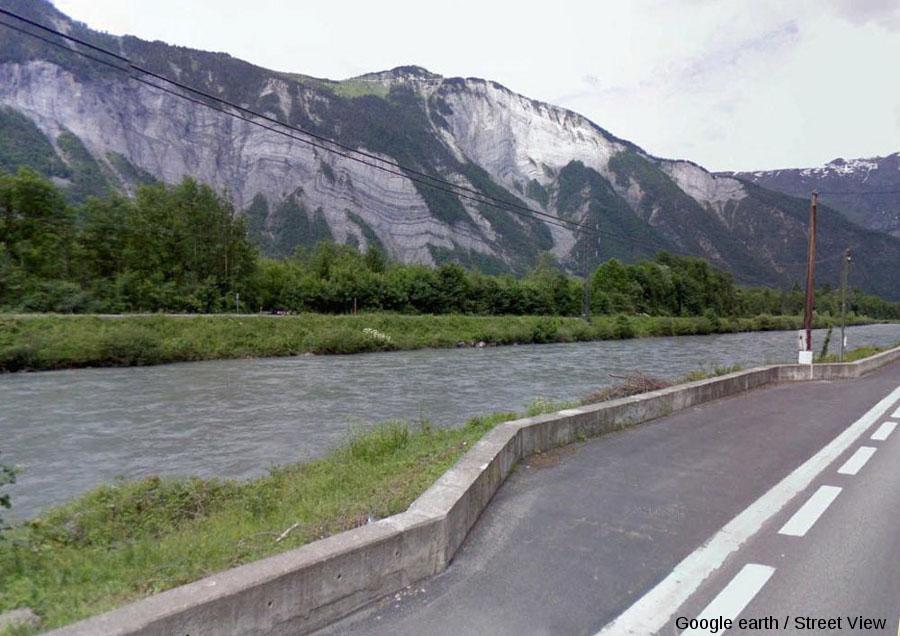 Vue montrant l'accessibilité des points de vue sur les deux plis-failles, depuis le bord de la route Grenoble-Briançon (D1091)
