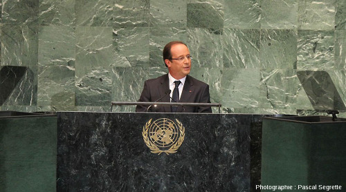 François Hollande faisant un discours devant les dalles de serpentinite avec lesquelles est décorée la tribune de l'Assemblée Générale des Nations Unis