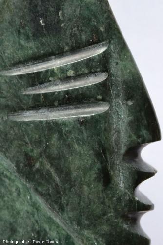 Gros plan sur la face polie de la reproduction d'une statue précolombienne équatorienne
