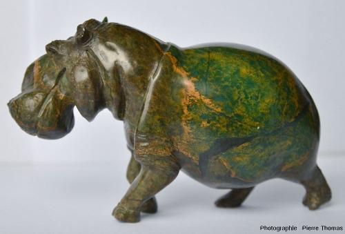 Vue latérale d'une statuette d'hippopotame sculptée dans une serpentinite - pierre ollaire du Zimbabwe