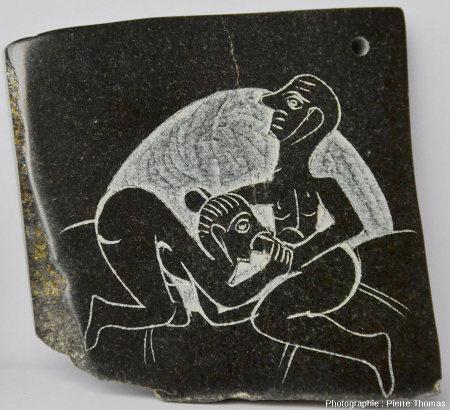 Vue d'ensemble sur la reproduction d'une plaque lycienne gravée, fabriquée dans une serpentinite - pierre ollaire