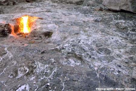 Gros plan sur la serpentinite qui affleure autour de la sortie enflammée de méthane, Cirali, Turquie