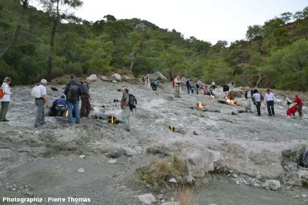Vue d'ensemble des multiples sorties de méthane enflammé sur le site de la Chimère, Cirali, Turquie