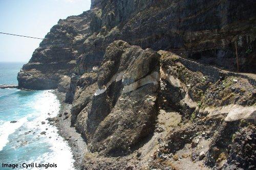 La nappe de ponces de Santo Antão, intercalée dans des dépôts de cendres et des coulées probablement plus basiques, sur la côte Nord-Est de l'île, archipel du Cap-Vert