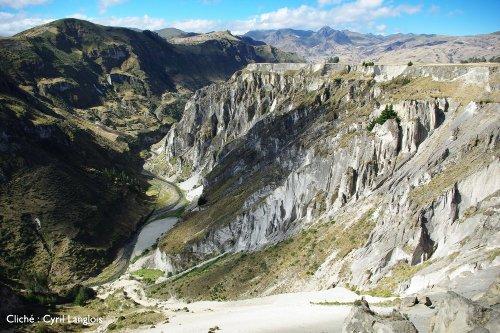 Vue vers le Sud d'une portion plus étroite de la vallée du Rio Toachi
