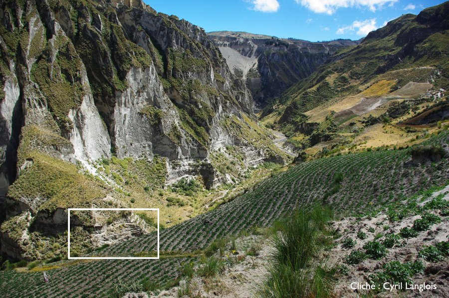 Vallée du Rio Toachi avec structure sédimentaire au pied de l'escarpement