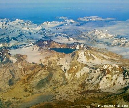 La caldeira (dimensions 3 x 4km) du Katmai (Alaska) formée en été 1912, en 1 mois et demi