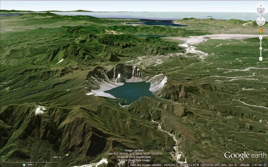 La caldeira du Pinatubo (Philippines) (diamètre 2,5km) dont l'essentiel de la morphologie s'est mise en place en quelques heures le 15 juin 1991