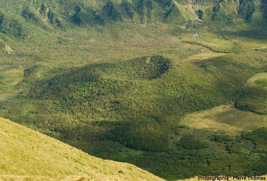 Le Capelo, petit cône de scories basaltiques intra- (et post-) caldeira de Faial (Açores)