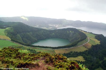 Vue détaillée sur le Lagoa de Santiago, île de Sao Miguel, archipel des Açores (Portugal)