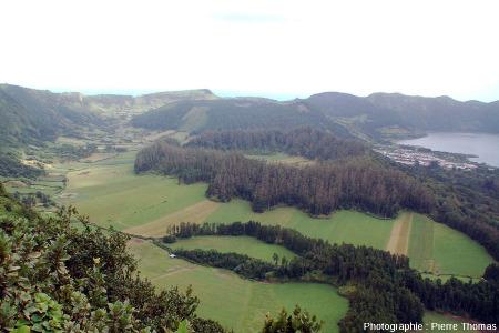 """Vue sur la Caldeira Seca (""""Volcan 3""""), nom local du cône phréato-trachytique dont le maar sommital n'est pas occupé par un lac"""