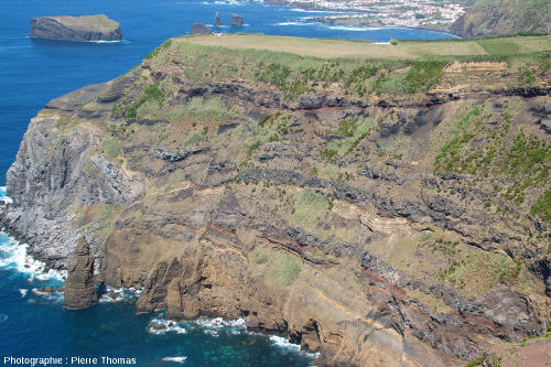 Les falaises Ouest-Nord-Ouest du stratovolcan des Sept Cités (Sete Cidades) vues depuis la Ponta do Escalvado, île de Sao Miguel, Açores (Portugal)