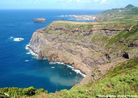 Vue générale de la côte Ouest-Nord-Ouest de l'île de Sao Miguel et des falaises détaillées dans cet article