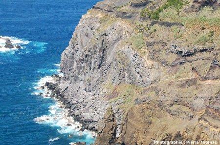 Zoom sur le dôme visible à l'extrémité du cap de la falaise ONO de l'île de Sao Miguel (Açores)