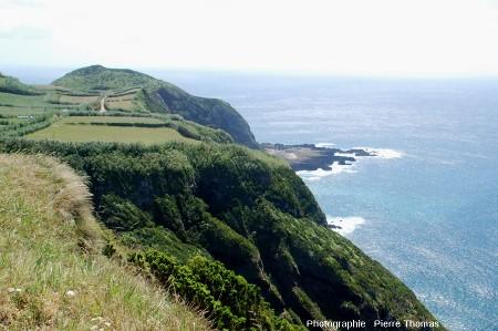 Le Pico das Camarinhas et la Ponta de Ferraria vus depuis la Ponta do Escalvado, Ouest de l'île de Sao Miguel, Açores (Portugal)
