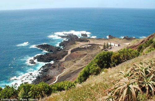 La Ponta de Ferraria vue depuis le haut de la falaise, île de Sao Miguel, Açores (Portugal)