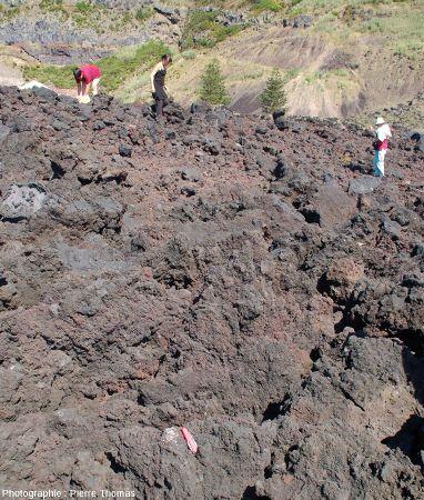 Professeurs de SVT cherchant des enclaves dans la coulée aa de la Ponta de Ferraria
